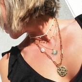 """¿Te suena el término """"layering""""? 🤔 Descubre en la fotografía de hoy alguna pista ☺ .  #SoyAlmaBohemia #joyas #jewels #jewelry #perlas #oro #design #necklace #gold #summer #Friday #fridaynight #fridayjewels #jewellerygram #jewellerydesign #disenodejoyas #joyasparafiestas #joyasparamujer #complementosdemoda #viernesmadrid #viernes #joyasspain #joyasespaña #joyasmadrid #joyasespañolas #layering #layeringnecklaces #layeringjewelry #layeringlook"""